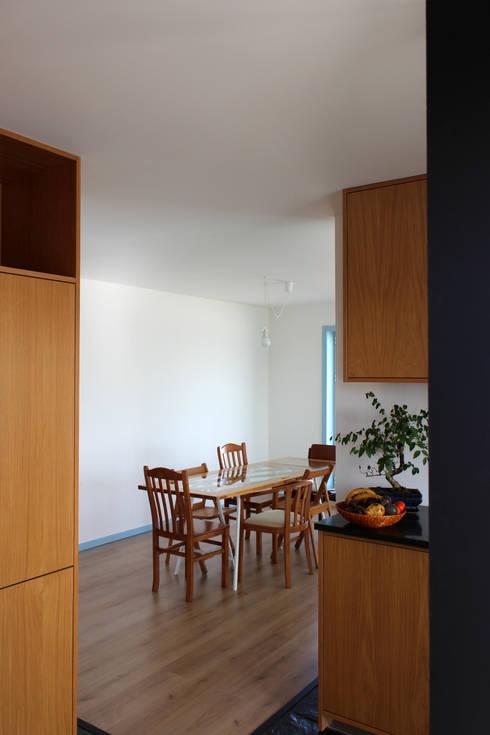 azul: Corredores e halls de entrada  por crónicas do habitar