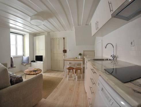 Projecto decoração para habitação turística - Beco da Lapa, Alfama - Lisboa: Cozinha  por Mariline Pereira - Interior Design Lda.