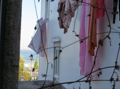 Projecto decoração para habitação turística - Beco da Lapa, Alfama - Lisboa: Janelas e portas rústicas por Mariline Pereira - Interior Design Lda.