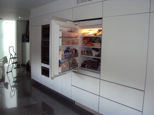 APARTAMENTO ROSALES - entrepaños baño: Cocinas de estilo moderno por Mako laboratorio