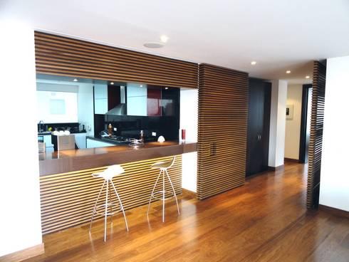 APARTAMENTO ROSALES - Enchape muro acceso cocina: Cocinas de estilo moderno por Mako laboratorio
