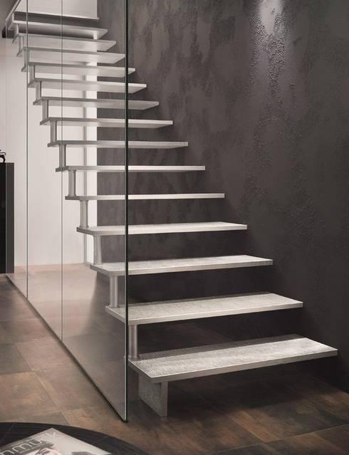 Escalier en aluminium: Couloir et hall d'entrée de style  par Passion Escaliers