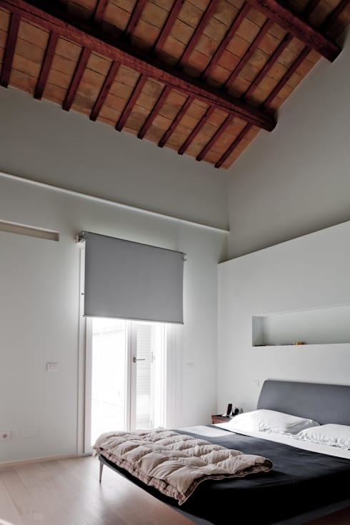 Camera da letto: Camera da letto in stile  di Studio Olmeda Arch. Marco Amedeo