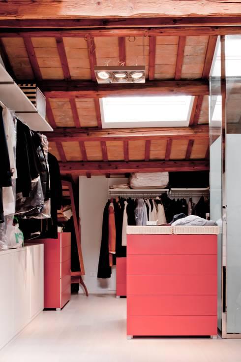 Cabina armadio: Camera da letto in stile  di Studio Olmeda Arch. Marco Amedeo