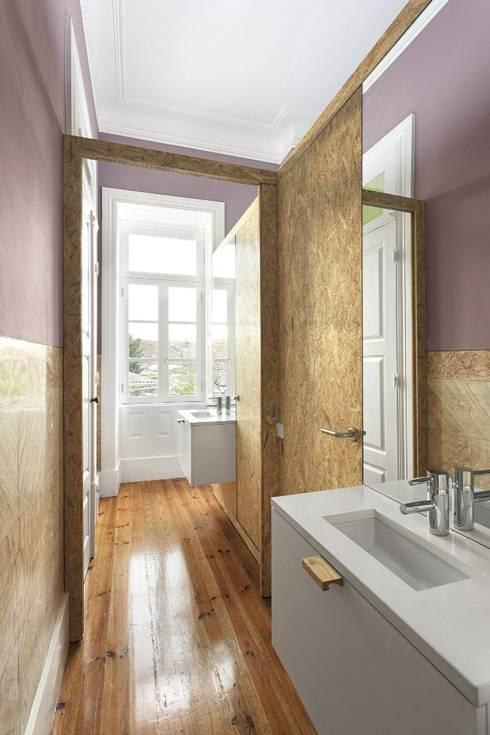 Recuperação de casa em Ovar: Casas de banho modernas por Nelson Resende, Arquitecto