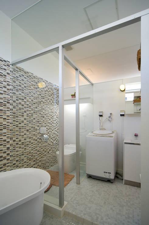 鉄板ハウス: sngDESIGNが手掛けた浴室です。
