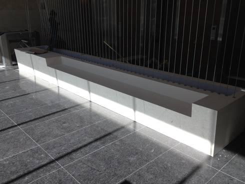 ECOTOWER - Banca recepción: Vestíbulos, pasillos y escaleras de estilo  por Mako laboratorio
