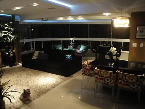 Apartamento em Balneário Camboriú – SC – Brasil: Salas de estar modernas por Modulo2 Arquitetos Associados.