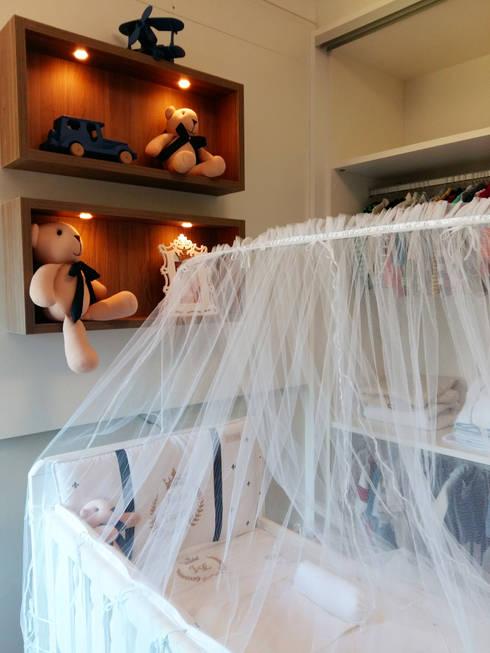 Quartinho de Bebê: Quarto infantil  por Elaine de Bona Arquitetura e Interiores