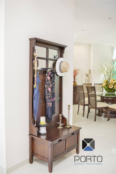 """Proyecto Residencial """"Casa CA18"""": Pasillos y recibidores de estilo  por PORTO Arquitectura + Diseño de Interiores"""