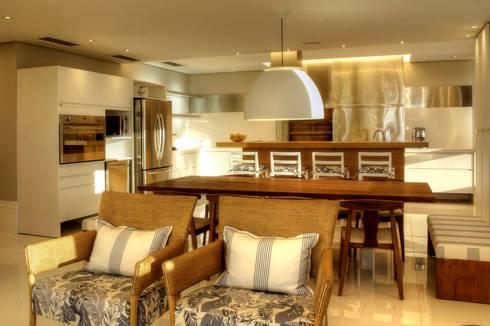 PROJ. ARQ. KARIN MORAES: Cozinhas modernas por BRAESCHER FOTOGRAFIA