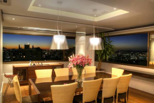 PROJ. ARQ. KARIN MORAES: Salas de jantar modernas por BRAESCHER FOTOGRAFIA