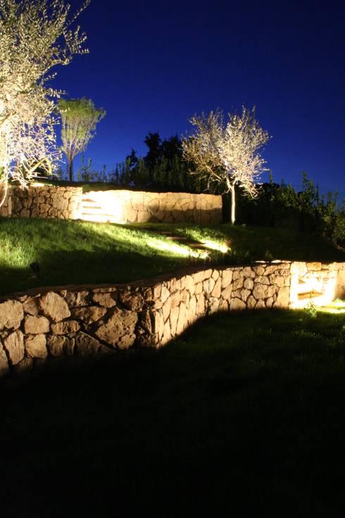 Giardino in Toscana: La campagna in giardino, il giardino in campagna.: Giardino in stile  di STUDIO MORALDI