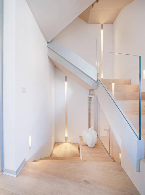 Pasillos y recibidores de estilo  por Tarimas de Autor