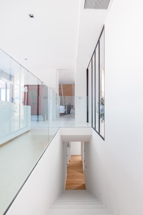 CHALET MAJADAHONDA: Ingresso & Corridoio in stile  di Tarimas de Autor
