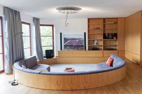 Staging einer Villa zum Verkauf: klassischer Multimedia-Raum von Home Staging Gabriela Überla