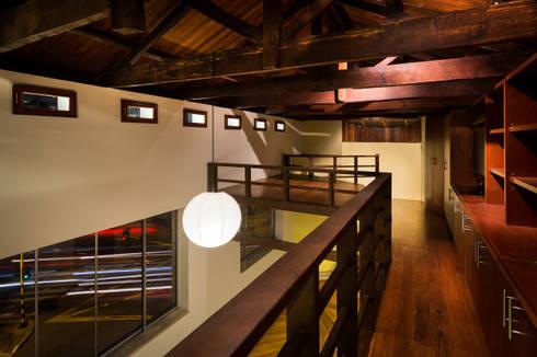 Galeria, Altura Libre del Salón y Dormitorio en Mezzanine: Habitaciones de estilo moderno por SDHR Arquitectura