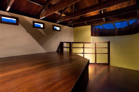 Vista desde mezzanine: Habitaciones de estilo moderno por SDHR Arquitectura