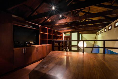 Mezzanine: plataforma habitación, escalera, claraboya.: Habitaciones de estilo moderno por SDHR Arquitectura