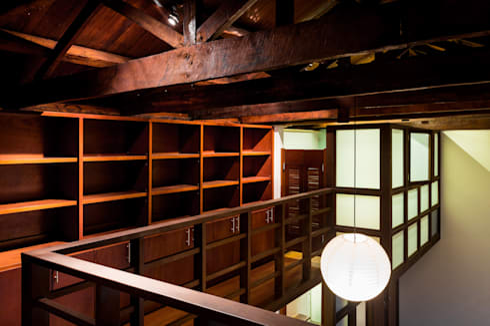 Mezzanine: plataforma habitación, biblioteca, galería, baño.: Pasillos y vestíbulos de estilo  por SDHR Arquitectura