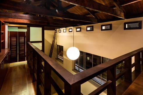 Mezzanine: biblioteca galería: Salas de estilo moderno por SDHR Arquitectura