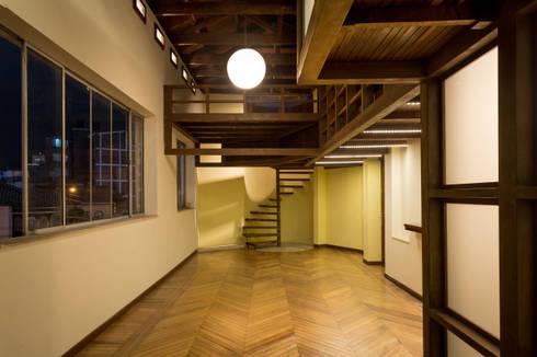Primera Planta: Cocina, Lavandería, Baño.: Salas de estilo moderno por SDHR Arquitectura