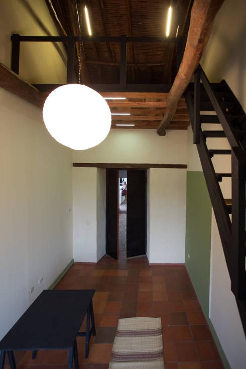 Entrada y Escalera: Oficinas y Tiendas de estilo  por SDHR Arquitectura