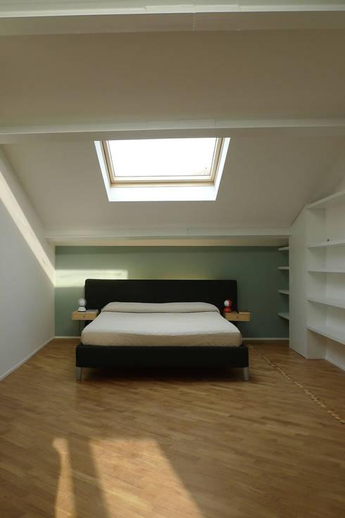 ATTIC B: Camera da letto in stile in stile Minimalista di 02arch