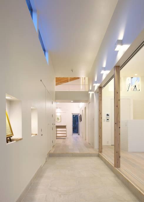 玄関土間: Unico design一級建築士事務所が手掛けた廊下 & 玄関です。