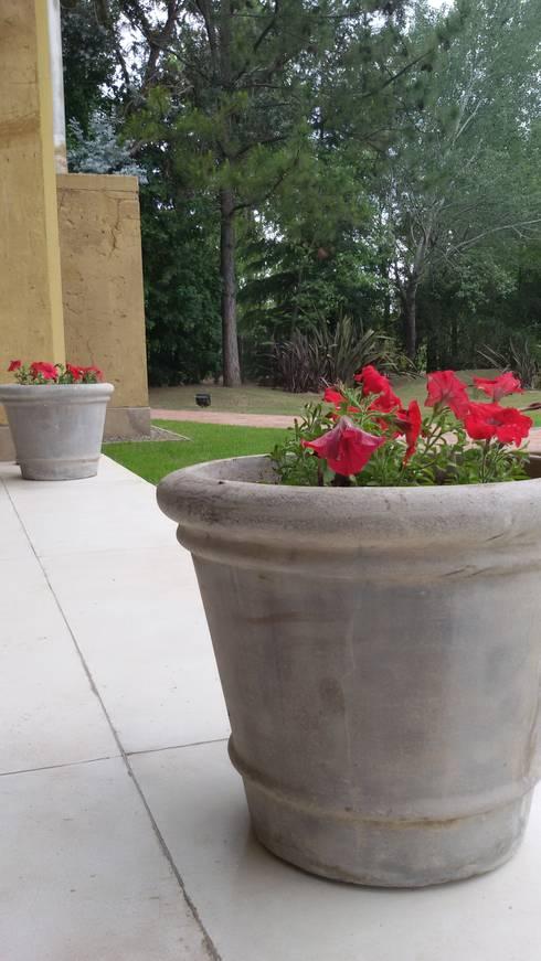 Quinta privada: Jardines de estilo  por LAS MARIAS casa & jardin
