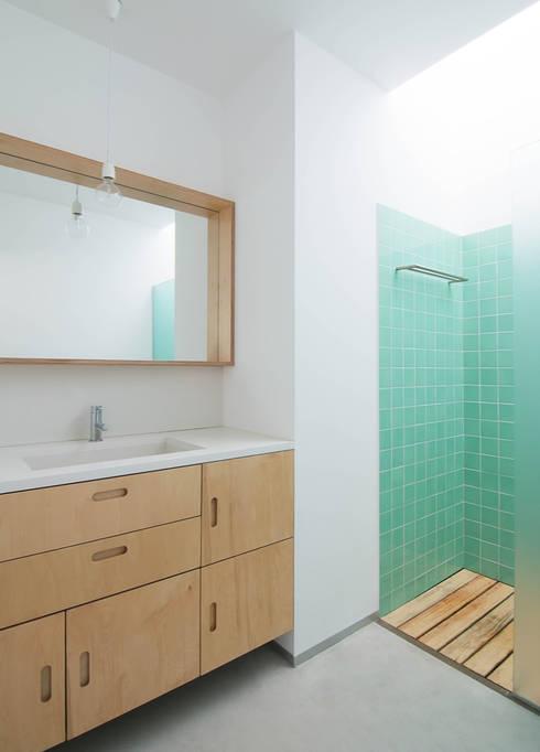 Casa GL: Casas de banho minimalistas por Estudio ODS