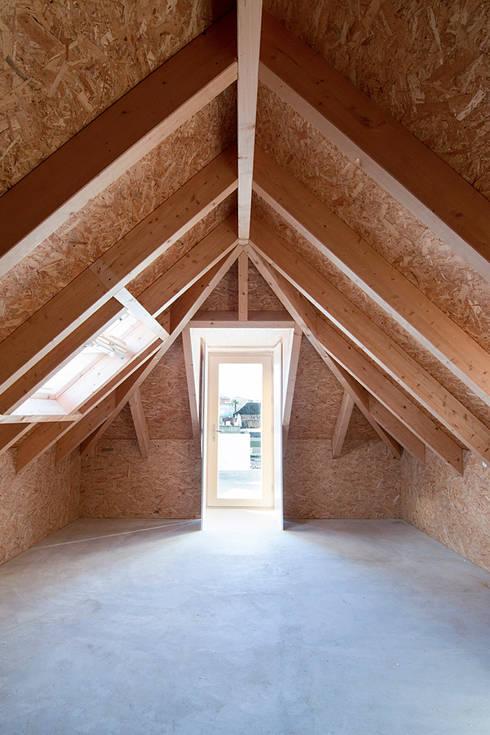 Casa ALM: Garagens e arrecadações minimalistas por Estudio ODS