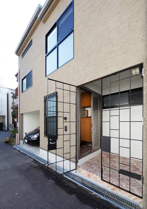 阿倍野の長屋〈renovation〉-5段の距離がいい-: atelier mが手掛けた窓です。