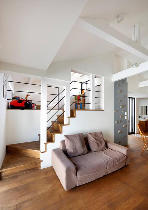 阿倍野の長屋〈renovation〉-5段の距離がいい-: atelier mが手掛けたリビングです。