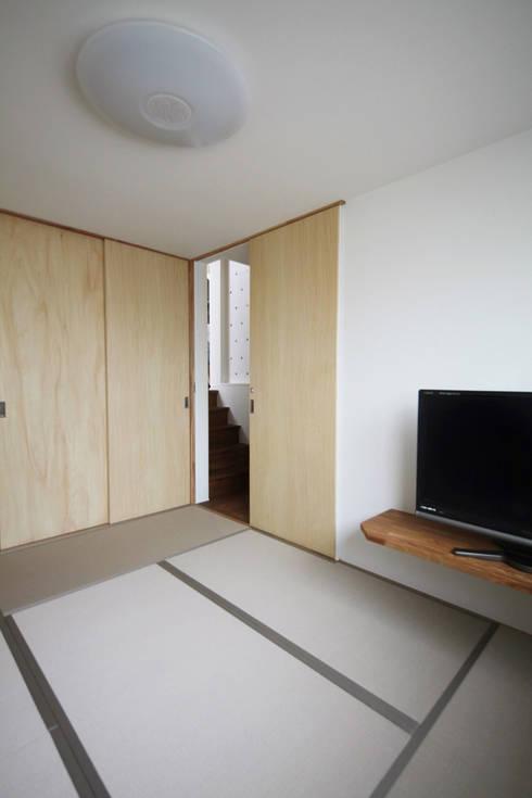 Dormitorios de estilo asiático por atelier m