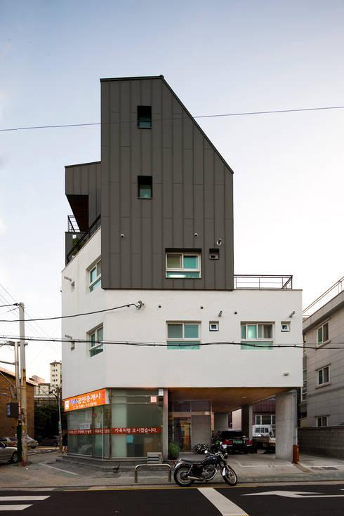 망원동 모퉁이집: 리슈건축 의  주택