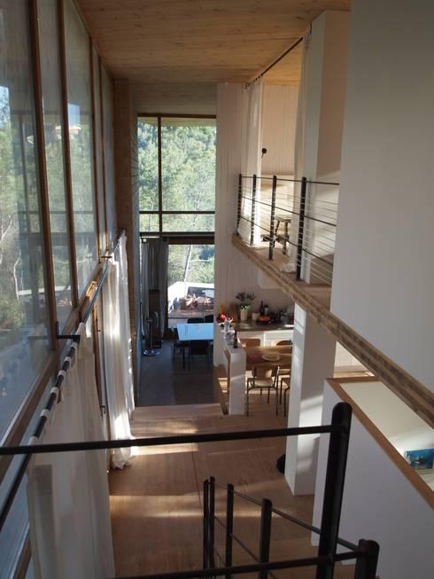 Casa Autosuficiente en el Garraf: Pasillos y vestíbulos de estilo  de ABCDEstudio