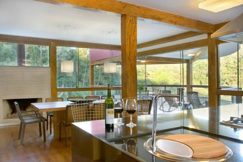 Casa da Mata 5: Cozinhas campestres por David Guerra Arquitetura e Interiores