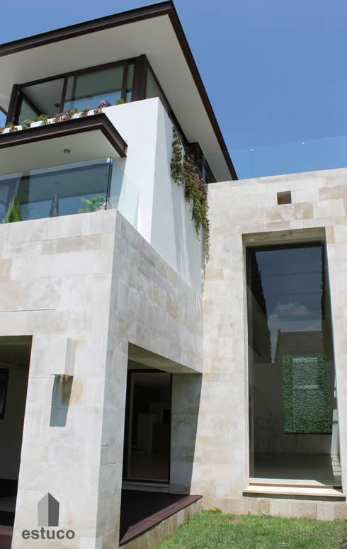 Cormoranes : Casas de estilo moderno por estuco construcciones y diseño
