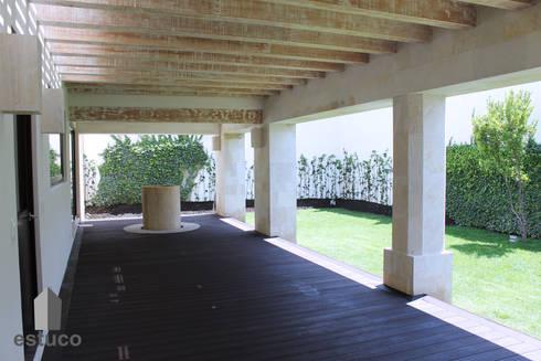 Cormoranes: Jardines de estilo moderno por estuco construcciones y diseño