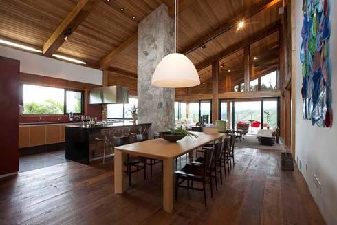 Casa da Montanha 10: Casas rústicas por David Guerra Arquitetura e Interiores