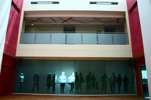 CENTRO DE JUBILADOS Y PENSIONADOS DEL SERVICIO PÚBLICO: Gimnasios de estilo minimalista por AR+D arquitectos