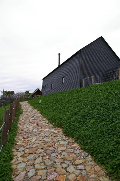 アプローチ、外観: 小林良孝建築事務所が手掛けた家です。