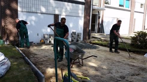 Neupflasterung von Parkplatzflächen: moderne Garage & Schuppen von Garten- und Landschaftsbau Gartenservice Schwanewede