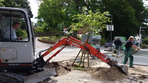 Neupflasterung von Parkplatzflächen: moderner Garten von Garten- und Landschaftsbau Gartenservice Schwanewede