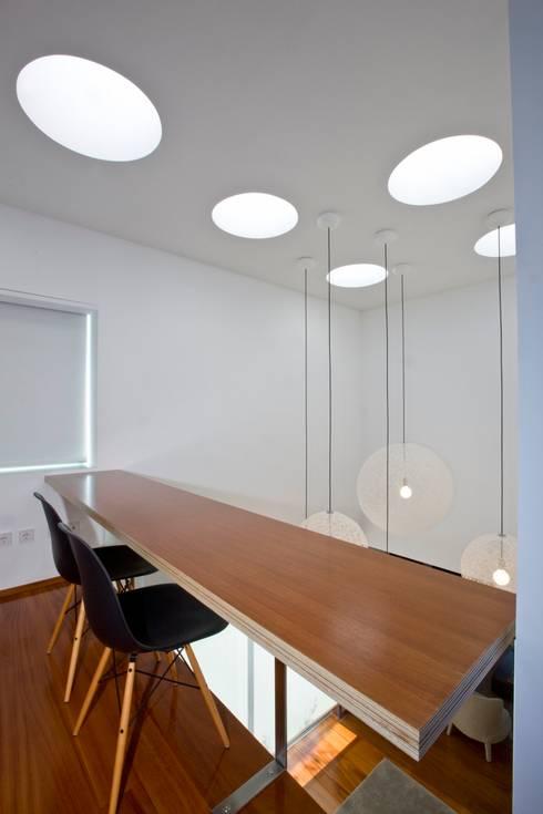Casa A.F.   atelier d'arquitectura J. A. Lopes da Costa: Escritórios e Espaços de trabalho  por Atelier Lopes da Costa