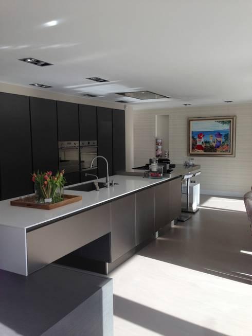 Herenhuis Rijswijk: minimalistische Keuken door Daniela Cupello Styling