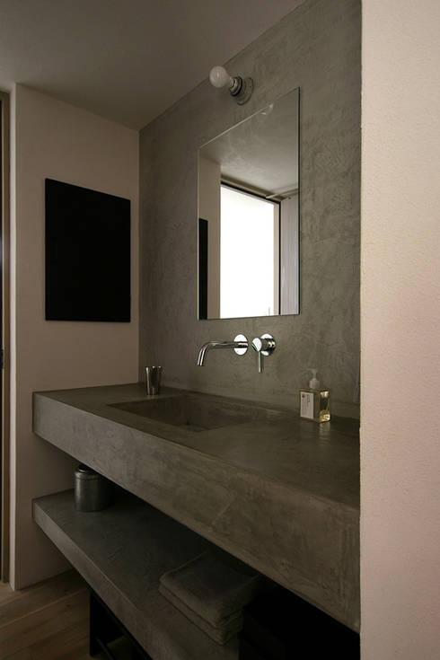 洗面所: 小林良孝建築事務所が手掛けた浴室です。