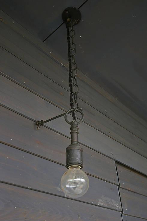 オリジナル照明: 小林良孝建築事務所が手掛けたインテリアランドスケープです。