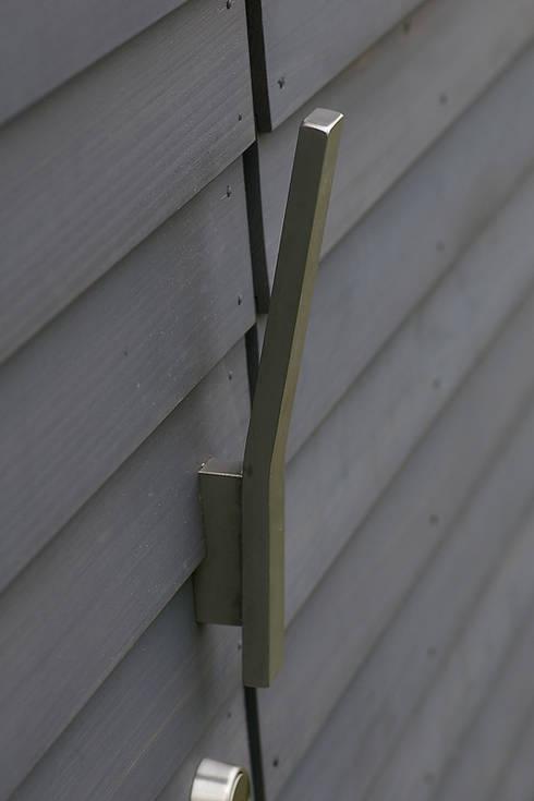 オリジナル取手: 小林良孝建築事務所が手掛けたインテリアランドスケープです。